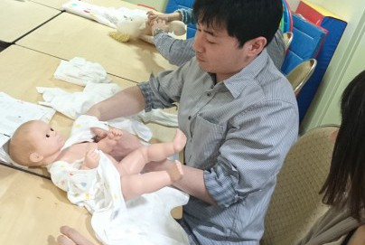 肌着の着せ方や沐浴レッスンで赤ちゃんとの暮らしを予習!