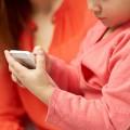 むずかる子どもにスマホはOK?発達への影響は? 子育てとスマホの関係を考えましょう