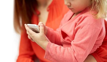 むずかる子どもにスマホはOK? 発達への影響は?  子育てとスマホの関係を考えましょう
