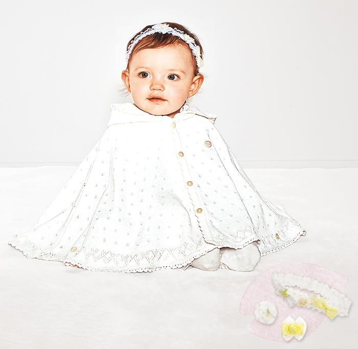 ケープを着た赤ちゃん