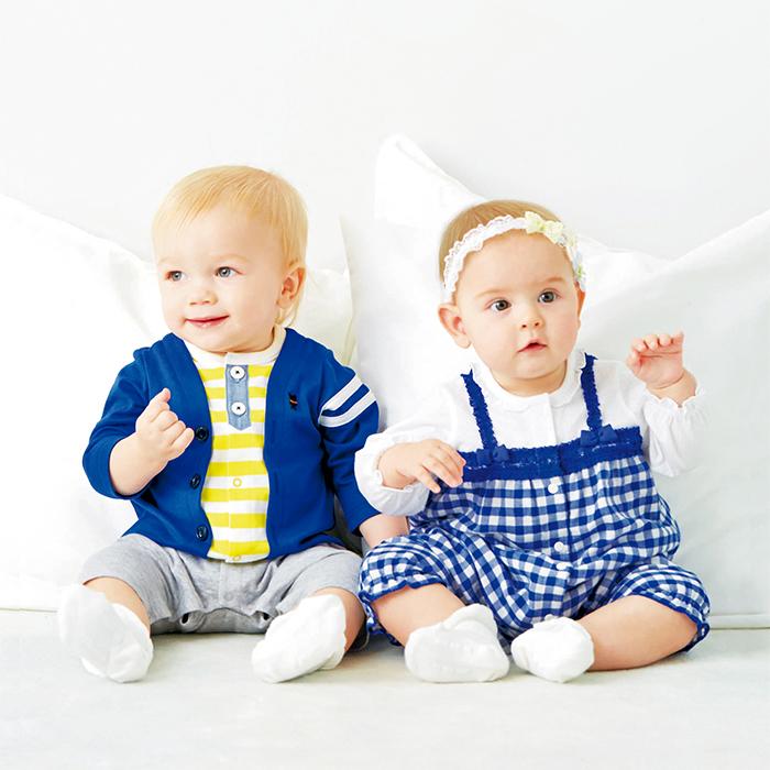 重ね着風カバーオールを着た赤ちゃん