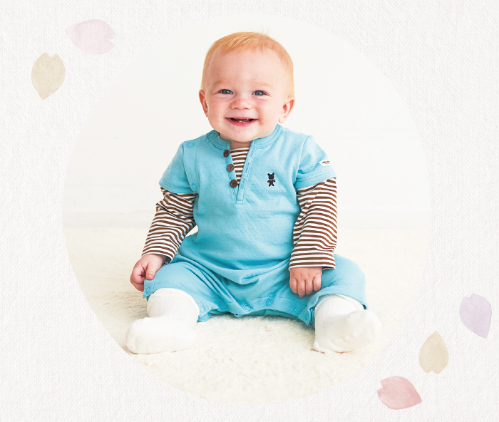 重ね着風カバーオールを着た男の子の赤ちゃん