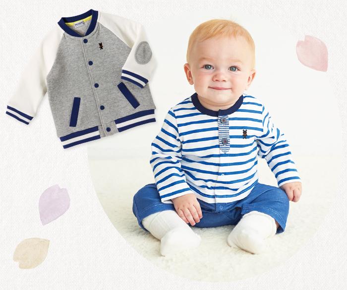 赤ちゃん用ジャンパーとカバーオールを着た赤ちゃん