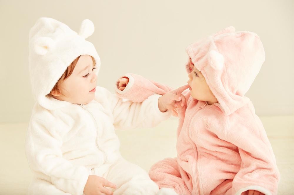 マイクロファーカバーオールを着た愛らしい赤ちゃん