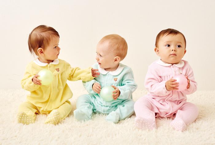 パイル素材の足つきカバーオールを着た赤ちゃん