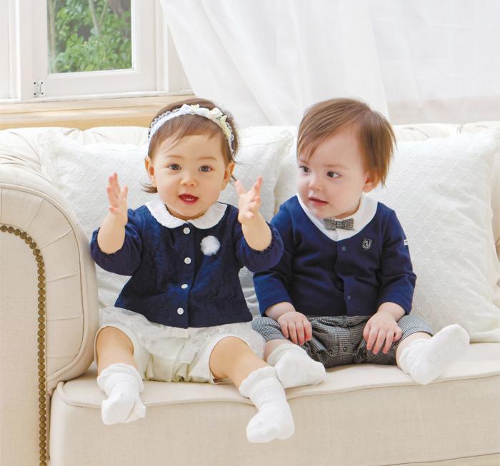 フォーマルウェア風のカバーオールを着た赤ちゃん