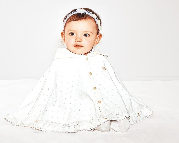 赤ちゃんの春のお出かけにぴったりな白の上品な綿ニットケープ。