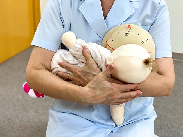 全体を横に抱いたままの授乳では、赤ちゃんもおっぱいを飲みづらくなります