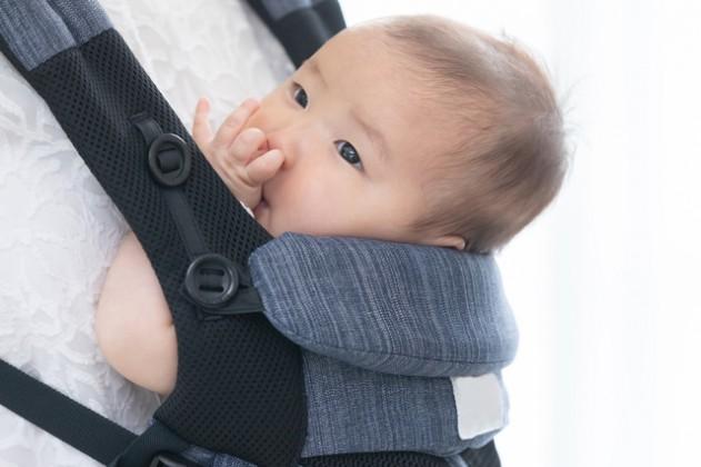 抱っこ紐の中の赤ちゃん