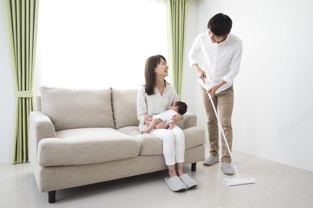 床掃除をするパパ