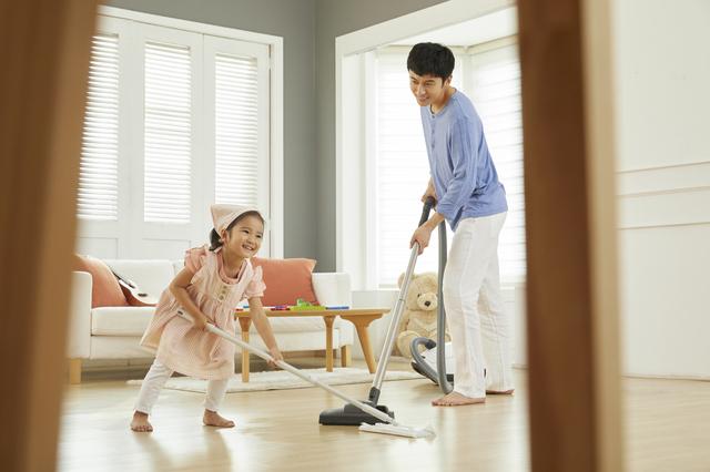 掃除をするパパと女の子
