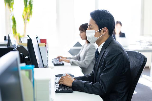 マスクをして働く男性
