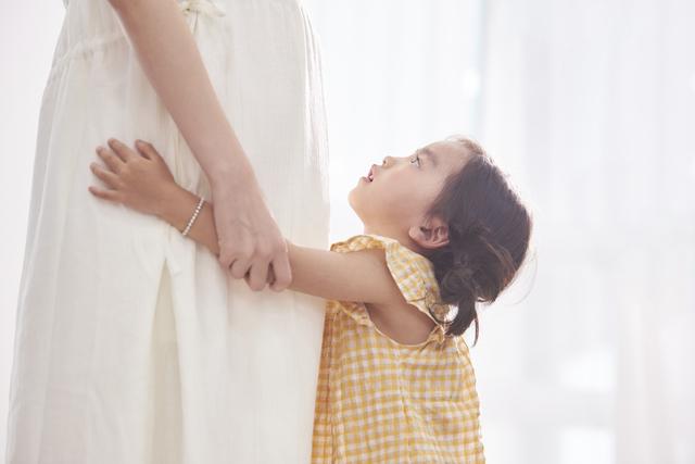 妊婦のママに抱きつく子ども