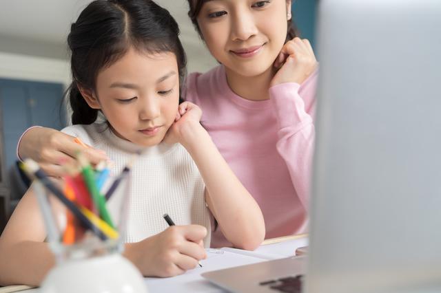 勉強をすると娘と母