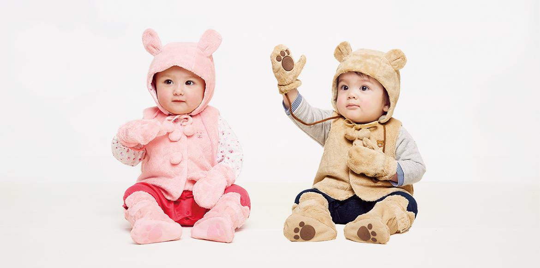 マイクロファーフードとベスト、ミトンを着用した赤ちゃん