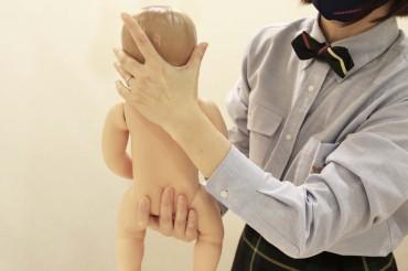 ②沐浴時は利き腕ではない手で首をしっかり支えます